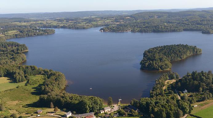 Vue aérienne du lac des Settons dans le Morvan